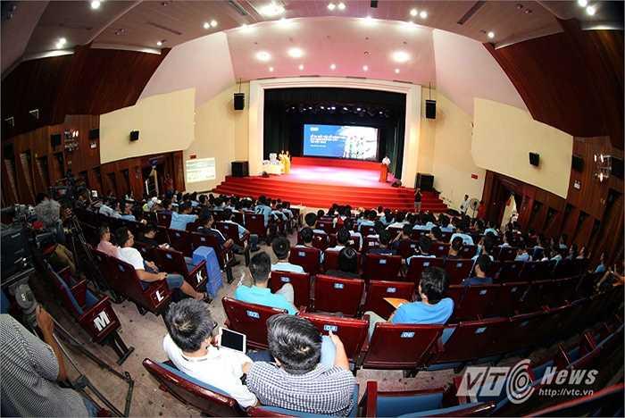 Thành viên BCH lâm thời Hội CĐV Man City tại Việt Nam chia sẻ lịch sử hình thành Hội CĐV Man City. (Ảnh: Quang Minh)