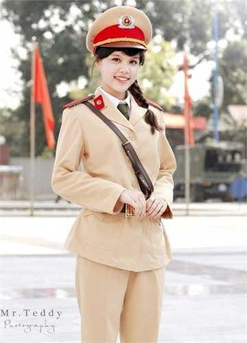 Hồng Nhung là cựu học viên lớp B6, khóa D36,  chuyên ngành Cảnh sát giao thông -  Học viện Cảnh Sát nhân dân.