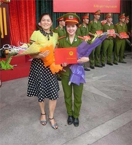 Cô bạn chụp cũng mẹ trong Lễ bế giảng tốt nghiệp.