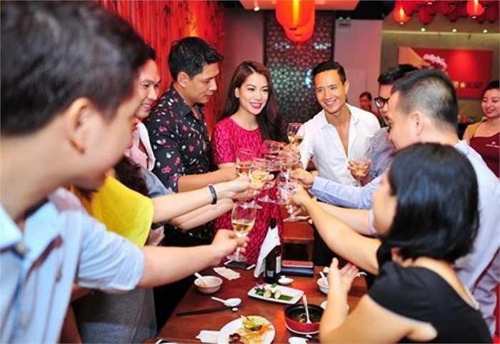 Không chỉ thành công trong sự nghiệp diễn xuất, Trương Ngọc Ánh khá 'mát tay' khi lấn sân sang lĩnh vực kinh doanh. Hiện tại, cô là một trong số những bóng hồng showbiz có khối tài sản đáng nể. Gần đây nhất, ngày 15/7,  Ngọc Ánh đã khai trương một nhà hàng sang trọng theo phong cách châu Á tại Sài Gòn.