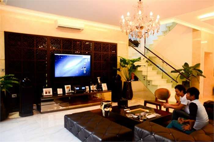 Căn nhà được bài trí theo phong cách hiện đại, nhẹ nhàng, tinh tế và tiện nghi.
