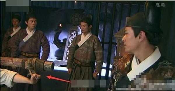 Trong Khoái hiệp Nhất Chi Mai, phạm nhân không hề bị trói tay.