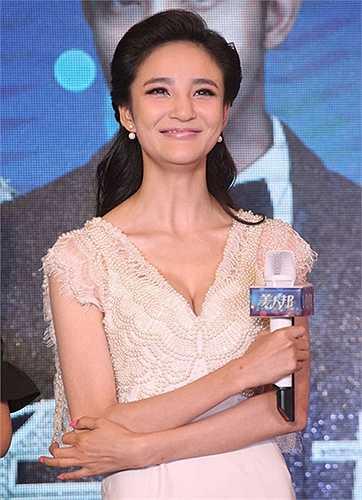 Lưu Vũ Hân với nụ cười méo xệch vì dao kéo nhiều lần.