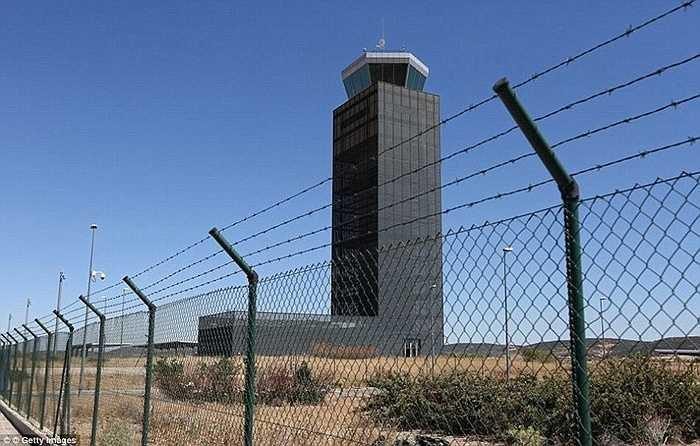 Ciudad Real là sân bay được xây dựng vào thời kỳ phát triển kinh tế nhanh ở Tây Ban Nha. Nhưng từ khi kinh tế thế giới rơi vào suy thoái nó cũng vắng như 'chùa bà đanh'