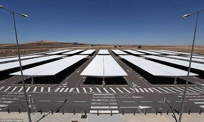 Năm 2012, sân bay này đóng cửa chỉ sau vài năm hoạt động ngắn ngủi. Tuy nhiên, mới đây công ty đầu tư Tzaneen International của Trung Quốc mua lại sân bay này