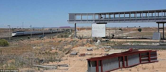Sân bay này nằm ở khu vực khá vắng, thưa dân, cách Madrid khoảng gần 200km