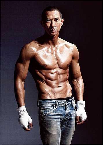 Nổi tiếng nhờ vẻ đẹp 'xấu lạ', Trương Gia Huy là cái tên đảm bảo doanh thu cho bất cứ bộ phim nào. Ngoài tài năng diễn xuất, Gia Huy còn là người đàn ông của gia đình khi có một mái ấm hạnh phúc bên người vợ yêu, Quan Vịnh Hà.