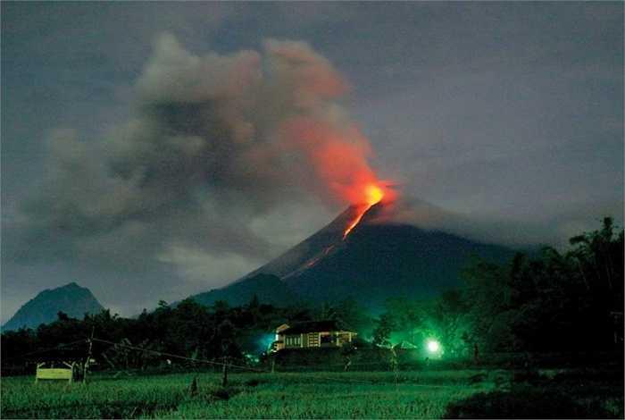 Đỉnh Merapi, Indonesia. Tên của đỉnh núi này dịch ra tiếng Indonesia sẽ là 'Lửa trên núi' và điều này thực sự đúng theo nghĩa đen. Mặc dù vẻ ngoài cực kỳ hào nhoáng trong những bức ảnh nhưng trong thế kỷ 20, ngọn núi này đã 60 lần phun trao đe dọa tính mạng và tài sản của hàng trăm dân cư