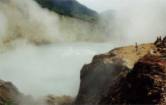 Hồ nước sôi, Dominicana.  Hồ nước sôi đã được Unesco đưa vào danh mục những di sản thiên nhiên của thế giới năm 1997. Nước ở hồ duy trì ở mức 82 đến 95 độ C. Nó nằm ở độ cao 762m so với mực nước biển, hồ rộng chừng 60 m và độ sâu xấp xỉ 95m