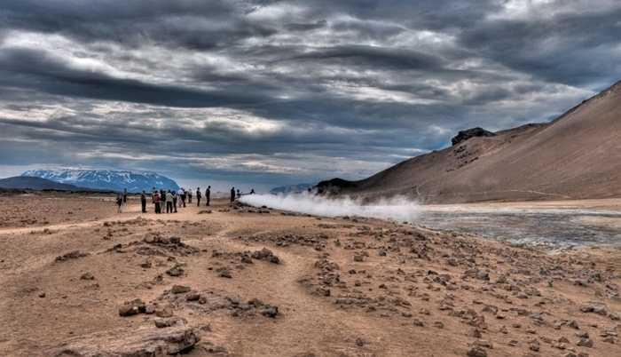 Námaskarð, Iceland. Mặc cho vẻ bề ngoài vô cùng thơ mộng và hùng vĩ, nhiệt độ tại nơi này lại được coi là vô cùng khó sống. Bên cạnh đó là những lỗ bùn khí nóng và lỗ phun khí đặc biệt nguy hiểm ẩn chứa sự chết chóc không ngờ