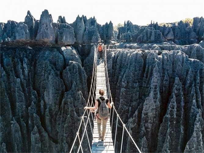 Vườn quốc gia Tsingy de Bemaraha, Madagascar. Đây là một trong những địa điểm kỳ lạ nhất mà bạn có thể khám phá. Những phiến đá, khối đá vôi to lớn và sắc nhọn bao phủ gần như hoàn toàn diện tích nơi đây, thậm chí có những khối đá cao tới 120m. Đây là nơi mà người ta 'không thể đi chân không' để khám phá được