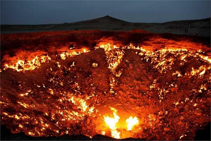 Cổng địa ngục ở Derweze, Turkmenistan. Nguyên do xuất hiện cổng địa ngục là năm 1971, trong khi tiến hành khoan các nhà địa chất Liên Xô đã khoan vào một túi khí khiến mặt đất bên dưới dàn khoan bị đổ sụp tạo thành một hố lớn với đường kính 70 m. Để tránh rò rỉ khí, người ta đã đốt chúng và  hy vọng rằng khí sẽ cháy hết trong vài ngày tuy nhiên đám cháy này đến nay vẫn chưa kết thúc. Và thế là cổng địa ngục bốc cháy tồn tại đến ngày nay