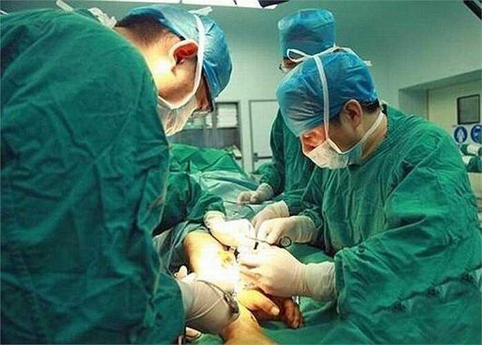 Sau đó, các bác sỹ đã tiến hành phẫu thuật gắn lại bàn tay vào cánh tay anh Zhou. Ca phẫu thuật kéo dài 10 tiếng đồng hồ.