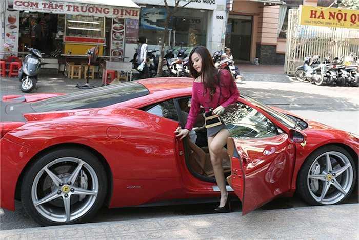Phan Thành rất chiều chuộng vợ sắp cưới. Anh thường xuyên đưa cô đi chơi bằng nhiều chiếc xe sang bạc tỷ khác nhau.
