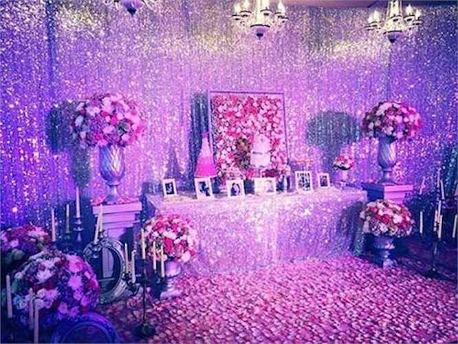 Không gian tiệc đính hôn được trang trí vô cùng tỉ mẩn, cầu kỳ.
