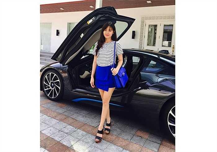 Mới đây, vợ chưa cưới của anh cũng tung lên trang cá nhân hình ảnh 'bóc tem' siêu xe BMW i8, một trong hai chiếc mới về VIệt Nam