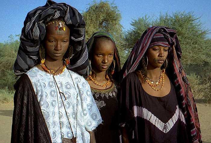 Tháng 9 hàng năm, khi những cơn mưa trút xuống, cánh đồng xanh mướt mát, thì cũng là lúc bộ tộc Wodaabe sống di cư khắp phía Bắc vùng Sahel, Nigeria, lại rộn ràng tổ chức lễ hội sắc đẹp.