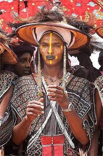 Việc chăm chú nhìn vào những người đàn ông là điều cấm kỵ của bộ tộc này, nên những người phụ nữ chỉ dám liếc mắt đáp ánh nhìn tình tứ với người đàn ông mà họ thích.