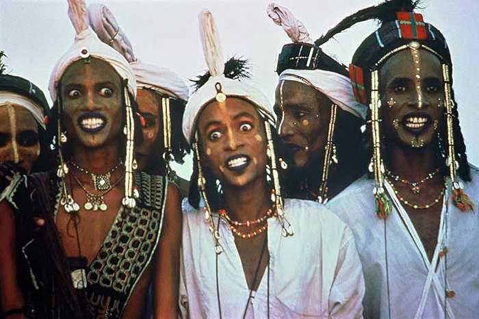 Phụ nữ của tộc Wodaabe được phép đa phu, họ muốn lấy bao nhiêu chồng tùy thích mà người đàn ông không được phép phản đối.