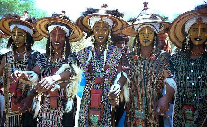 Mỗi khi mùa lễ hội đến cũng là lúc phụ nữ của bộ tộc thay người đàn ông của mình. Chính vì vậy những người chồng thường tìm cách để vợ mình không đến được với lễ hội, giảm nguy cơ mất vợ.