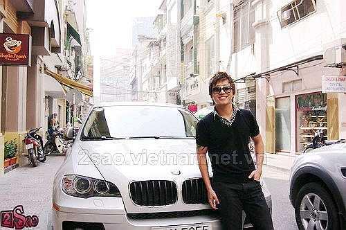 Tuấn Hưng từng khoe rất nhiều xe sang đáng nể. Đầu tiên là chiếc BMW X6 màu trắng có giá tới hơn 3 tỷ đồng.