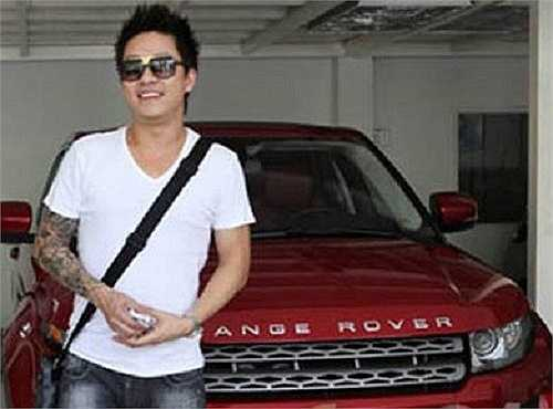 Sau khi đổi hết từ BMW X6, Mercedes... Tuấn Hưng lại xuất hiện bên cạnh một chiếc Range Rover Evoque trị giá khoảng 4 tỷ đồng.