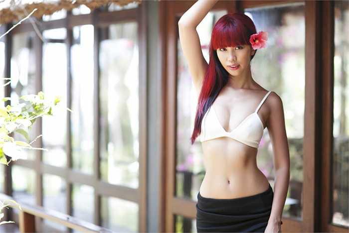 Hà Anh không chạy theo tiêu chuẩn 'da trắng sứ', mà người đẹp có một làn da khỏe mạnh tự nhiên.