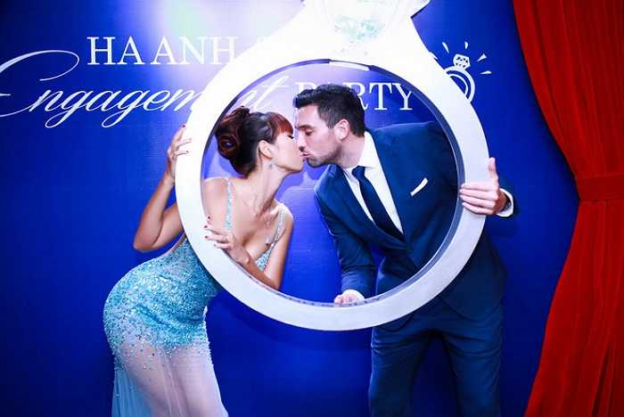 Trong lễ đính hôn vừa qua, Hà Anh thu hút mọi ánh nhìn với chiếc váy được thiết kế giúp tôn vóc dáng của người đẹp.