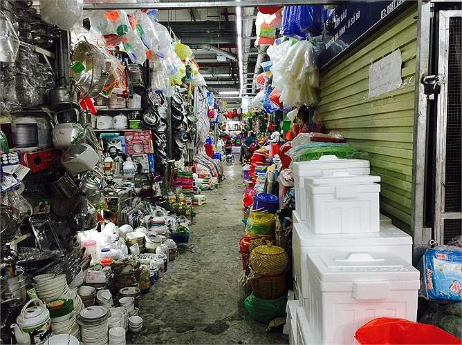 Sau gần 1 năm hoạt động, trái ngược với những hình ảnh sầm uất, đông đúc của chợ Mơ truyền thống xưa kia, chợ Mơ giờ đây ngày càng hắt hiu, lay lắt. Cả khu chợ chỉ thấy toàn người bán, người mua ra vào lác đác