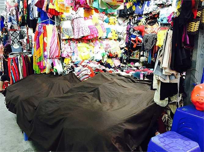 Nhiều gian hàng phải che lại để tránh bụi bám vào hàng vì ít người mua bán