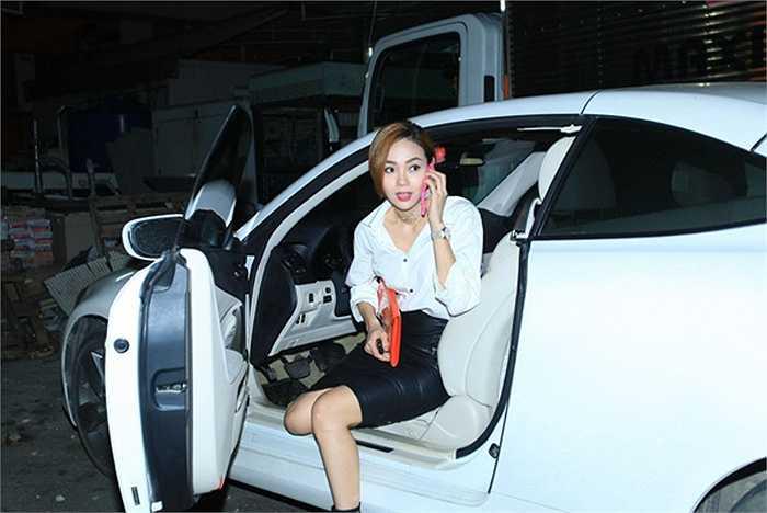 Minh Hằng sở hữu chiếc xe hơi màu trắng thanh lịch và trang nhã.