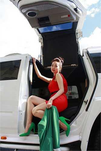 Ngoài chiếc xe hơi màu trắng, công chúng cũng nhiều lần bắt gặp Minh Hằng xuất hiện bên cạnh những chiếc xe hơi hạng sang khác.