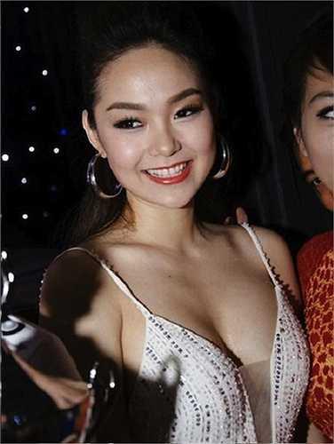 Góp mặt trong một sự kiện Minh Hằng xuất hiện với chiếc đầm xẻ khá sâu nhưng có độ rộng vừa phải, rất ý nhị.