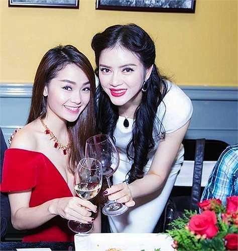 Trong một lần khác, Minh Hằng thu hút giới truyền thông lẫn người hâm mộ bằng chiếc váy đỏ xẻ sâu phô vòng một tròn đầy.