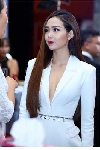 Nữ diễn viên 'Ngôi nhà hạnh phúc' trở thành tâm điểm của buổi tiệc khi xuất hiện với trang phục có đường cắt xẻ táo bạo.
