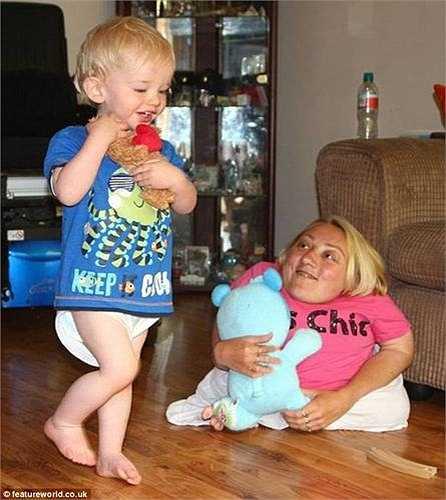 Khi Mark chỉ mới 3 tháng tuổi, cậu bé đã khiến Marie bị gãy xương sườn chỉ vì một cú hích nhẹ vào trong khi cô thay tã cho con.