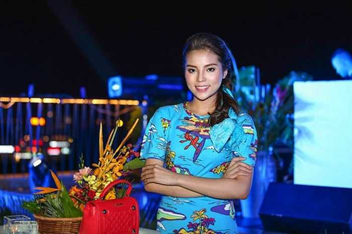 Cách trang điểm của Hoa hậu cũng bị đánh giá là màu mè.