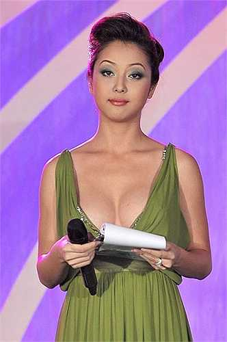 Jenifer Phạm: Vợ cũ của nam ca sĩ Quang Dũng là một trong những người đẹp khá đắt show dẫn chương trình. Nhưng thực tế, hoa hậu chưa từng một lần được đánh giá cao trong nghiệp nói. Ngay trong đêm khai mạc Duyên dáng Việt Nam lần thứ 25, năm 2011, cô và MC Khắc Nguyện khiến khán giả choáng váng về cách tung hứng thô thiển. Khi đảm nhận vai trò MC của Giọng hát Việt nhí, người đẹp tiếp tục hứng 'gạch đá' bởi diện trang phục sến sẩm, gương mặt như người buồn ngủ, lối dẫn một màu đầy khiên cưỡng.