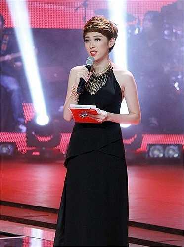 Yumi Dương: MC khác của Giọng hát Việt cũng vấp phải chỉ trích gay gắt của người hâm mộ là Yumi Dương. Mọi ấn tượng tốt đẹp trước đó của người hâm mộ về người mẫu ảnh xinh đẹp và cá tính bỗng tiêu tan khi cô 'xin khán giả một tràng pháo tay cho nạn nhân vùng bão' đúng thời điểm người dân miền Trung đang hứng chịu những thiệt hại về người và của do bão lũ gây nên.