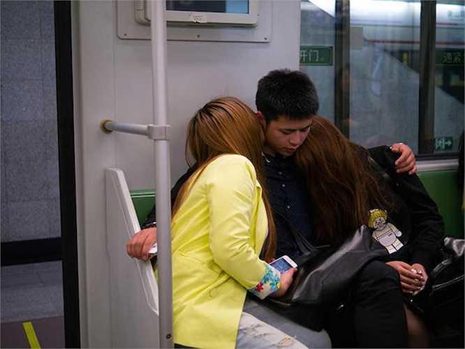Nơi họ trao cho nhau nụ hôn là bến tàu điện ngầm Thượng Hải