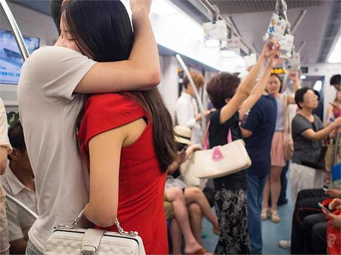 Xem thêm hình ảnh về các cặp đôi thể hiện tình cảm ở ga tàu điện ngầm Thượng Hải