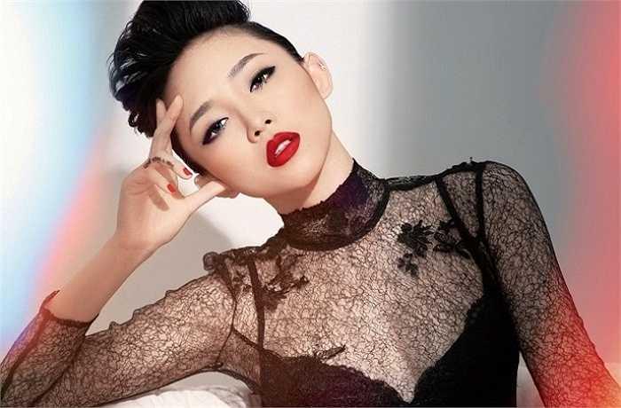 Nữ ca sỹ thường xuyên khoe thân bằng những trang phục kiệm vải.