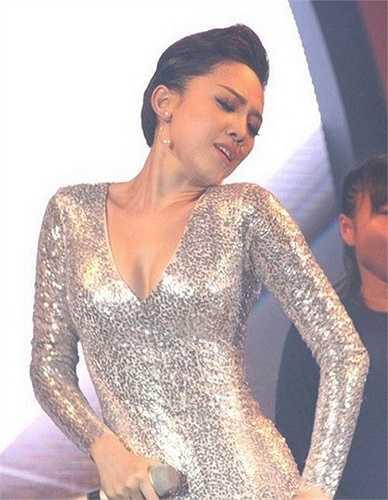 Cô thường chọn váy áo xẻ sâu trên sân khấu ca nhạc.