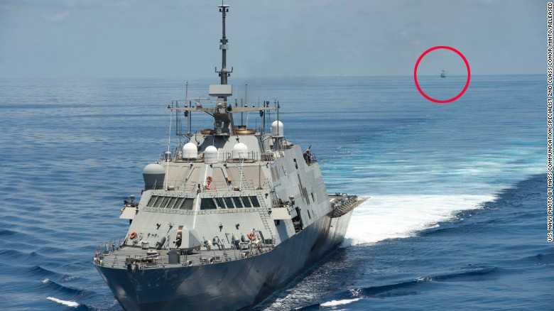 Tàu USS Fort Worth tuần tra Biển Đông trong khi bị tàu Trung Quốc (khoanh đỏ) bám theo sa