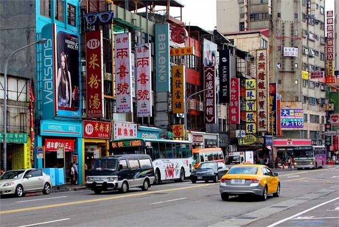 Đài Loan. Số lượng tỷ phú của Đài Loan là 33 người (tỷ lệ tỷ phú/người: 1/710.000) với 2 người giàu nhất là Daniel và Richard Tsai. Kinh tế của quốc gia này phát triển mạnh trong thời gian qua và họ đang duy trì được mối quan hệ mật thiết với 'người anh' Trung Quốc