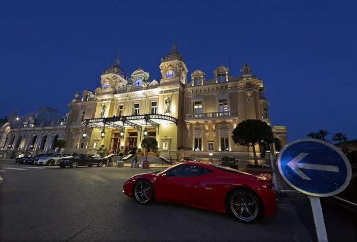 Công quốc Monaco là chốn ăn chơi của nhiều đại gia quốc tế và mang lại nhiều doanh thu cho nơi này. Tại đây, mặc dù dân số chỉ có dưới 40.000 nhưng có tới 3 tỷ phú, đạt tỷ lệ tỷ phú/người cao nhất: 1/12.000