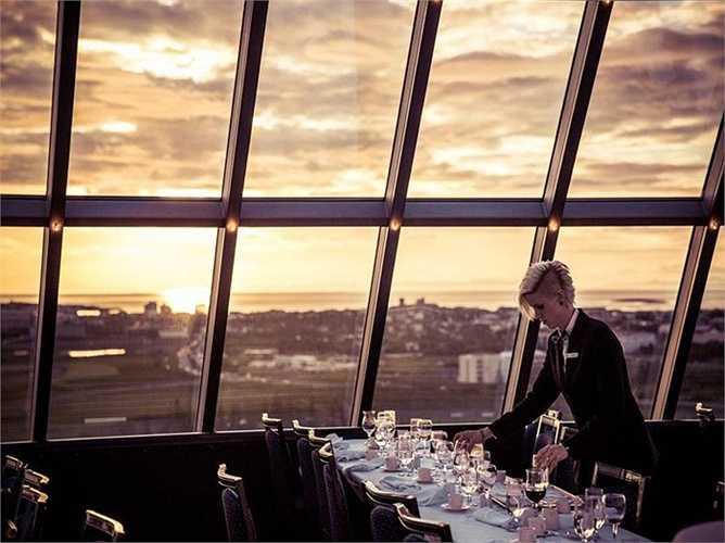 Iceland chỉ sở hữu duy nhất 1 tỷ phú là Thor Bjorgolfsson khi nhân vật này giữ được tài sản của mình sau vụ khủng hoảng nặng nề năm 2008. 5 người khác không may mắn đã phải chia tay danh hiệu 'tỷ phú' từ đó. Iceland cũng vô cùng ít dân cư với chỉ gần 330.000 người sinh sống