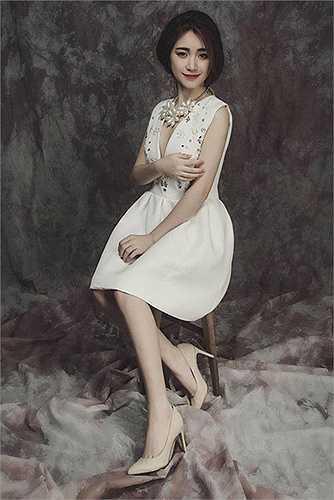 Cô nàng cũng được nhiều bạn trẻ thích thú với phong cách thời trang trẻ trung và gợi cảm.