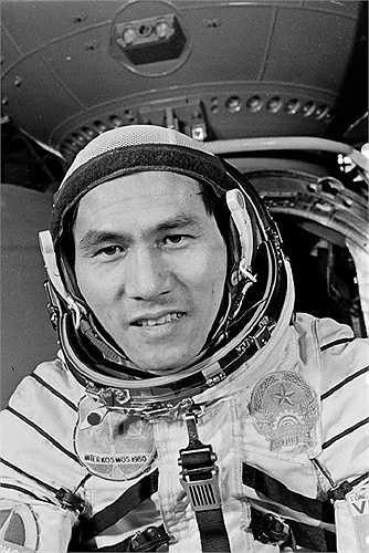 Phi công vũ trụ Phạm Tuân tại trạm huấn luyện. Ảnh: TTXVN