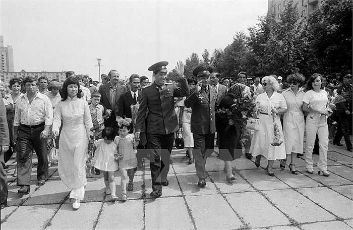 Người thân đón hai nhà du hành vũ trụ trở về tại sân bay Vũ trụ Baikonur ngày 4/8/1980. Ảnh:TTXVN